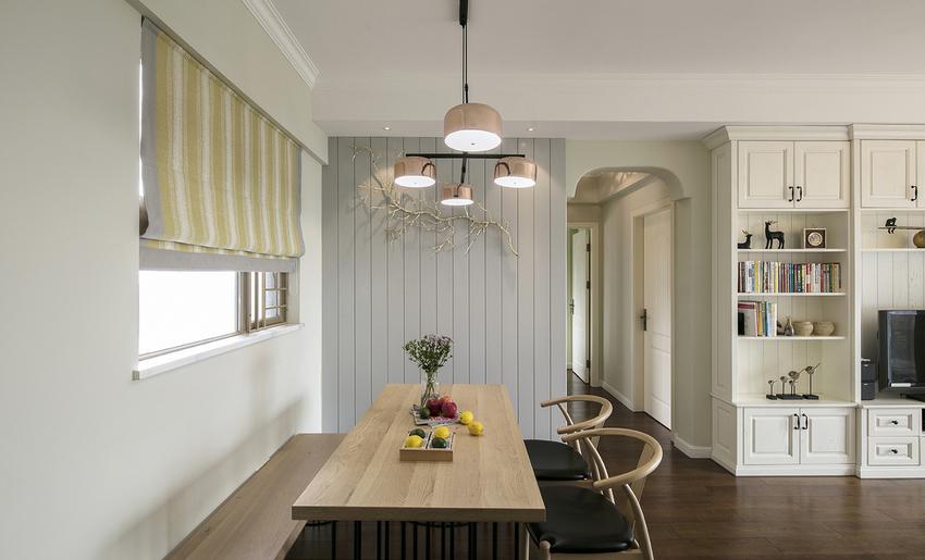 浅灰色的护墙板,金色的树枝让空间有了活力。