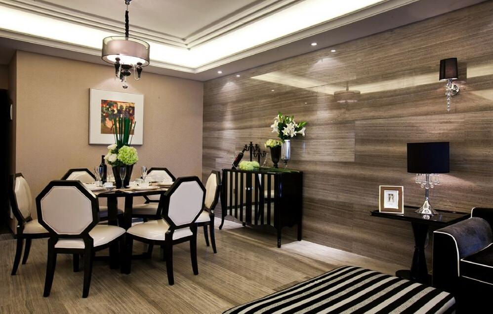 餐厅一个椭圆形的磨光小桌组成了一家人的餐厅空间,细致小屋和精细空间给人用餐的好心情。