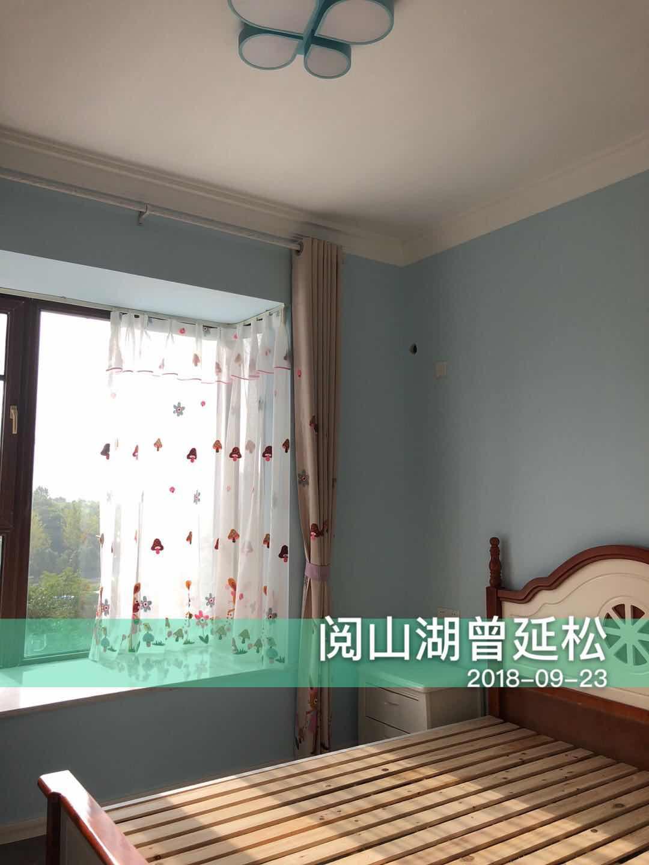 儿童房同样装修简洁,淡蓝色墙壁点缀了略显单调的空间,让居室显得更加小清新。
