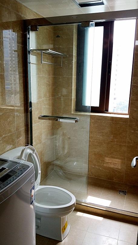 爱空间标配卫生间。因空间有限,洗漱台被设计在外面。