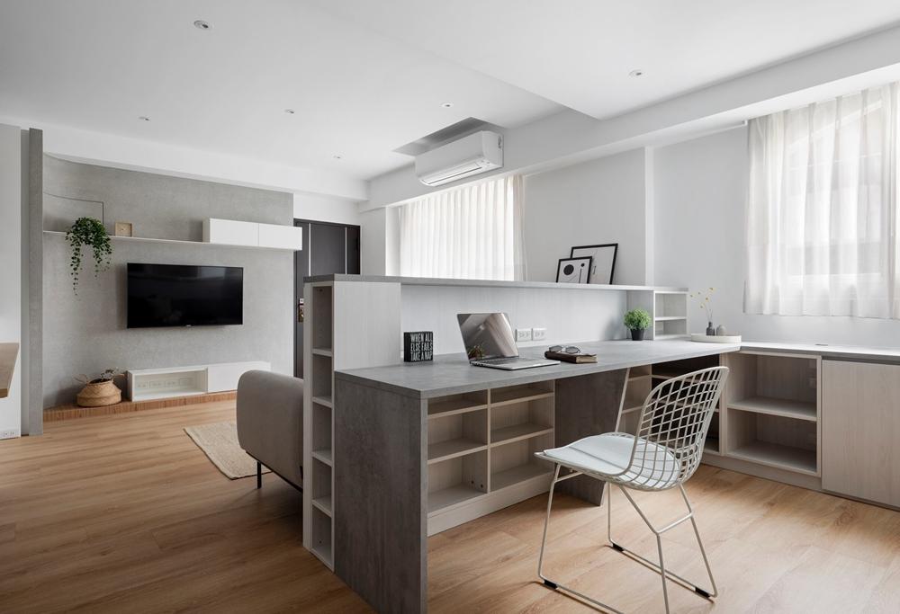 书房设计在客厅中,书柜下方做了柜子,增加了储物收纳功能,让整个空间美观又实用。