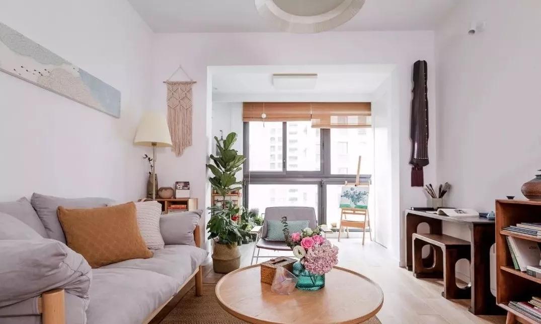 原木色家具搭配麻质地毯,整体显得简洁轻便。大面积的留白设计并没有过于花哨的装饰,让空间显得简单明亮。