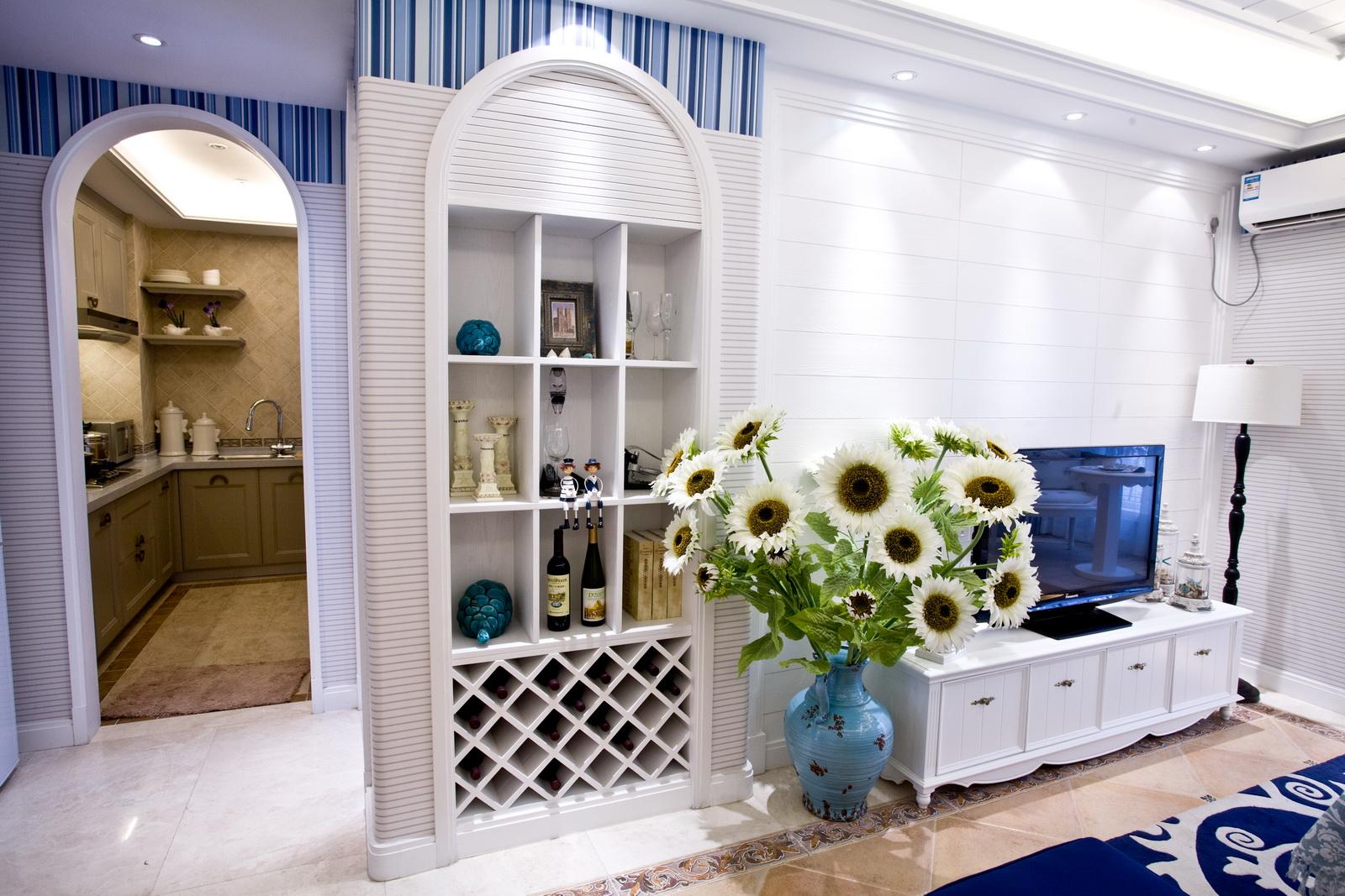 厨房设计比较特别,想暗格一样的空间,沉稳兼跳跃。