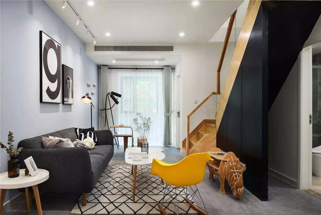 客厅结构简练大方,整体配套自然和谐。