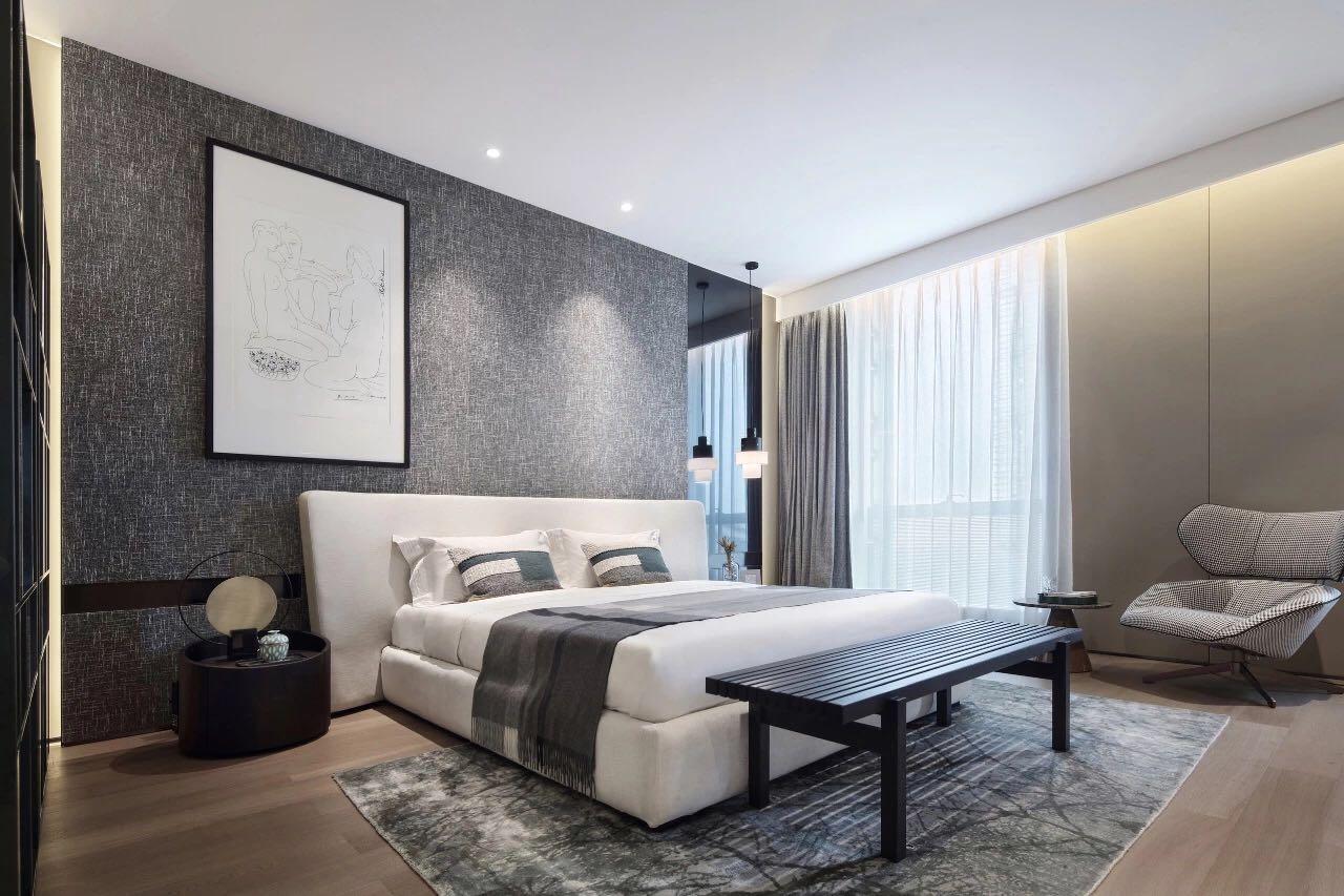 主臥通過灰色背景牆和白色床體搭配,營造出溫馨、舒適的空間氛圍。