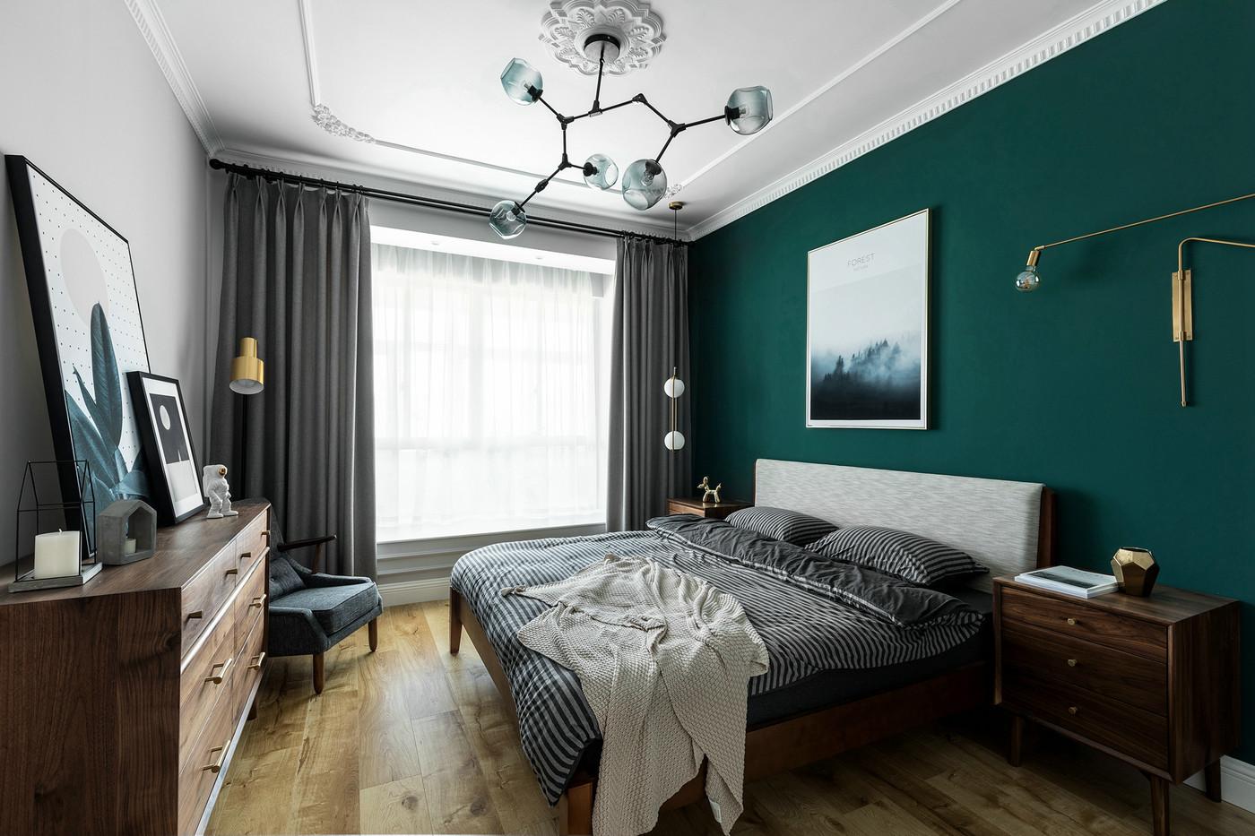 卧室延续了客厅的沉稳内敛,祖母绿大气奢华,增加空间的视觉冲击力。