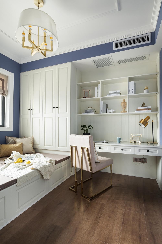 榻榻米、衣柜、写字桌一体化设计节省了空间占地,大面积使用白色使空间更加清新自然。