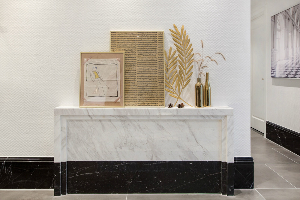 以装饰花瓶和画衬托,显得空间十分完美和谐,更能增加主人翁的食欲。