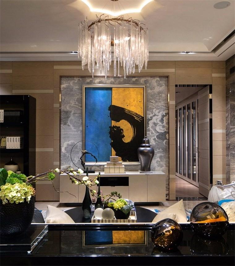 色彩鲜明的当代艺术背衬涌动的壁纸,冰柱般的吊灯,姿态高雅迷人的花艺,呼应设计系统中强调的自然元素。