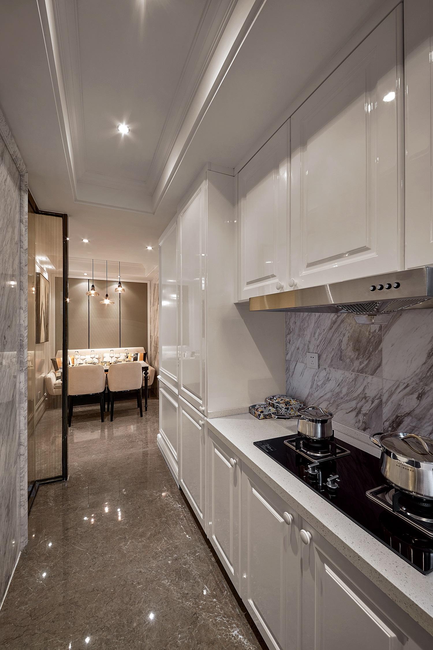 厨房设计简单,白色地柜+吊柜,收纳无处不在。