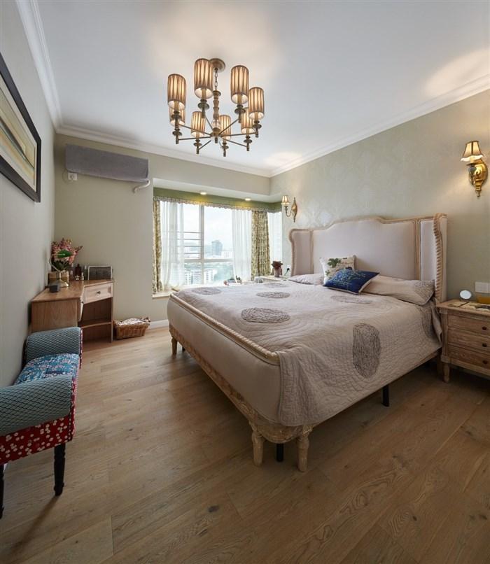 在卧室的空间里,找不到混搭的气息。设计师也在此放弃了大胆的想法,只想简单与原始的提供一个休息的空间。