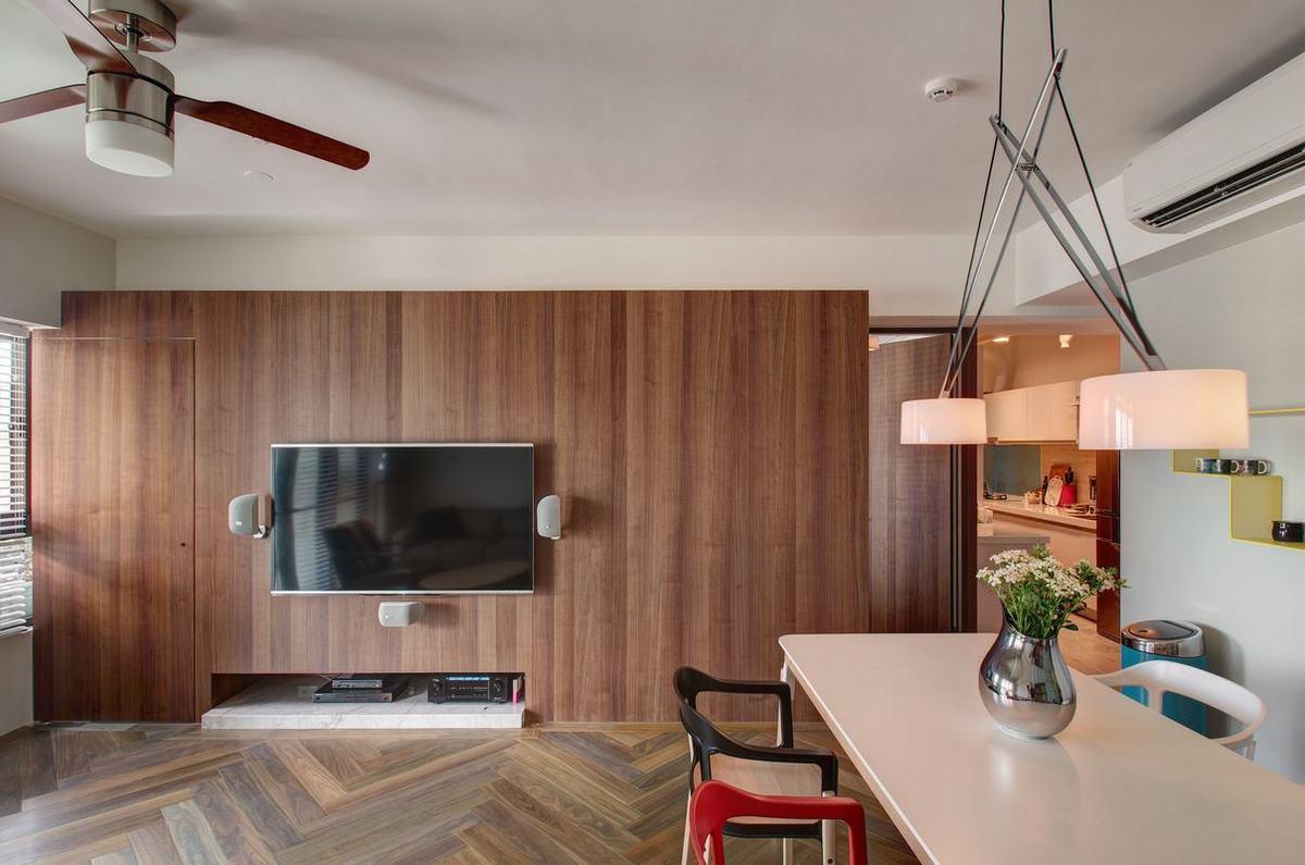 客厅电视墙大面积使用木板打造,与木地板相互融合,再加上挂式电视机,空间显得十分饱满。