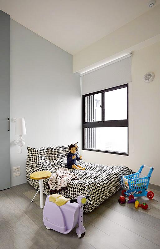 儿童房简单的配置却带来丰富的视觉,所有的物品都按比例浓缩,为小孩打造出一个和谐的世界。