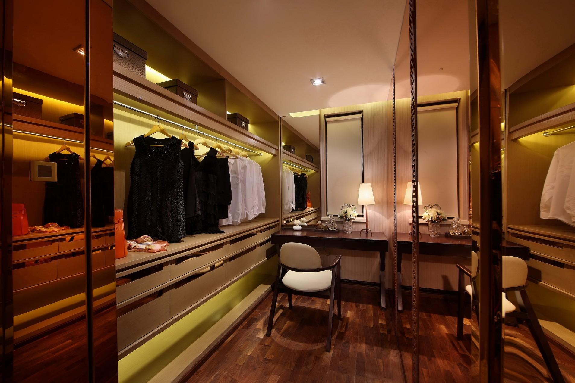 书房兼衣帽间设计,墙面金色反光材质,给人空间上的延伸,同时营造空间文雅又颇有质感。