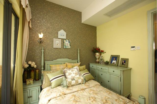 次卧设计整个色调都是偏绿色,映衬着田园风格的质朴、清新、舒畅,让人卸下满身疲惫,动力满满。