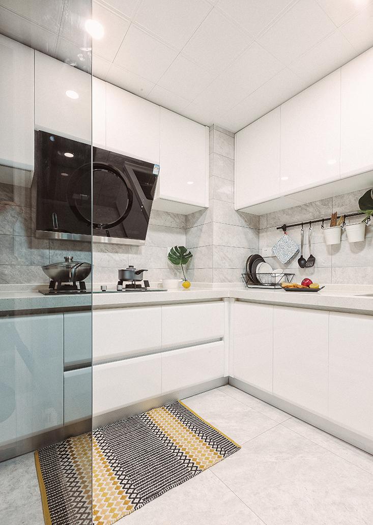 白色质感的厨房简练大方,搭配黑色有质感的厨具,下厨也是件幸福的事。