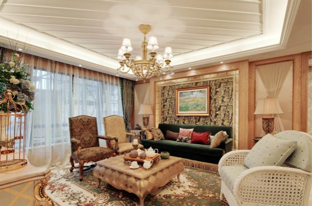 客厅大量使用花朵图案的元素,如地毯、抱枕等,华丽的轮廓与精美的吊灯相得益彰。