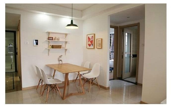 墙上一组几何图案的装饰画,原木色画框与餐桌非常搭。
