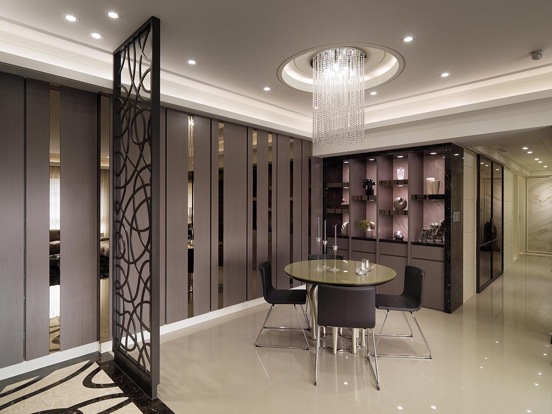 餐厅中家具风格各不相同,在阳光下清新舒适。
