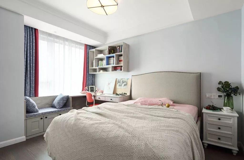 靠窗定制了一个飘窗和书桌的组合柜,结合墙面的开放式书柜,搭配一款拼色窗帘。