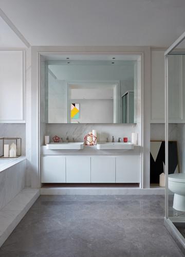 浴室则是公寓里最明亮的空间,大面积的白色装墙让空间变得干净清洁。