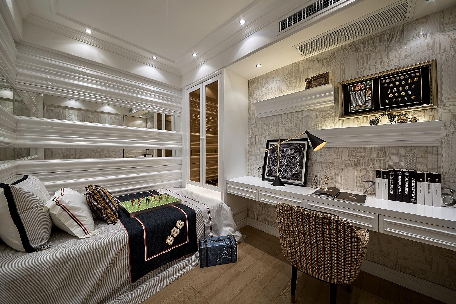 书房榻榻米设计,既满足了休憩需求,还能当作办公区域,一屋两用,墙上设计简单隔板当置物台,简单又美观。