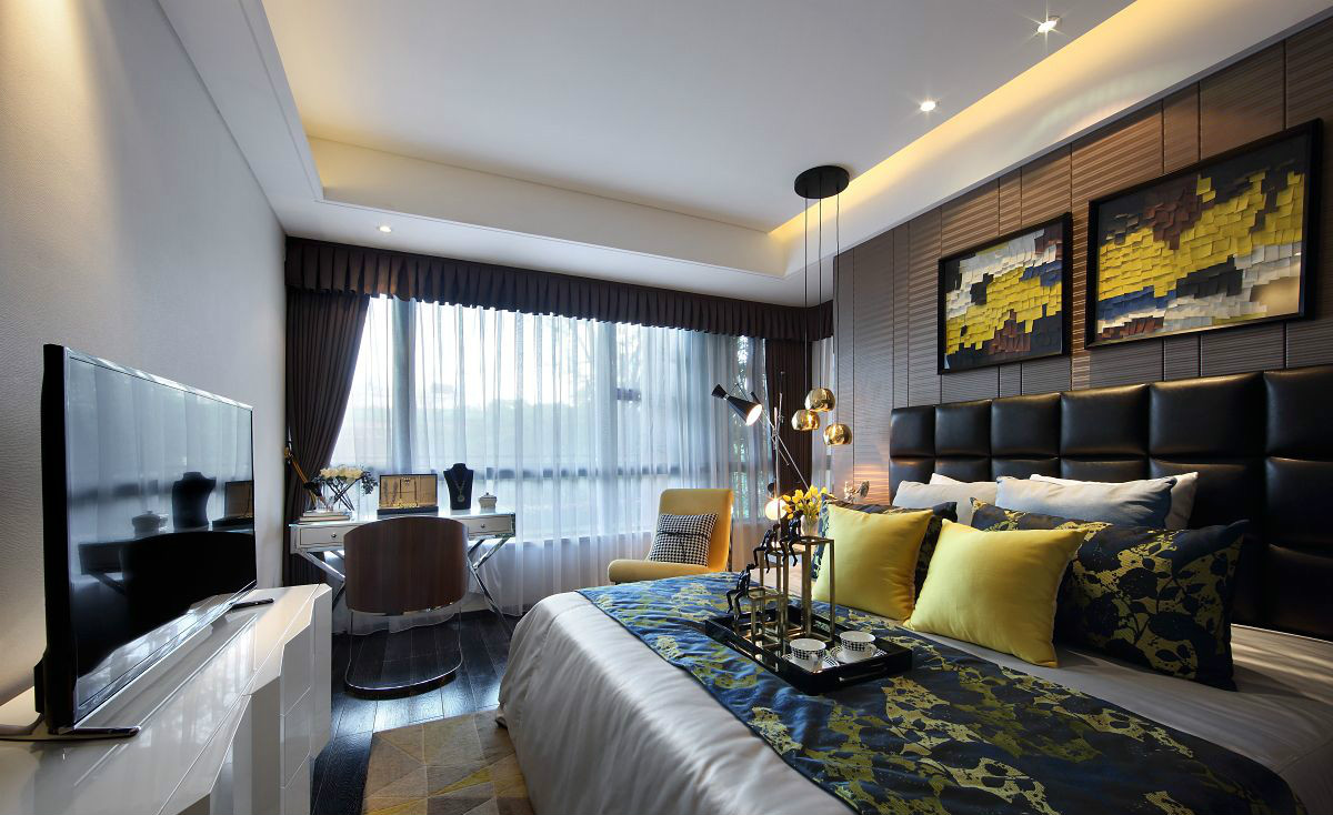 卧室中放置着清晰线条的简约大床,整个落地飘窗设计下,很好的采光效果,很是别致