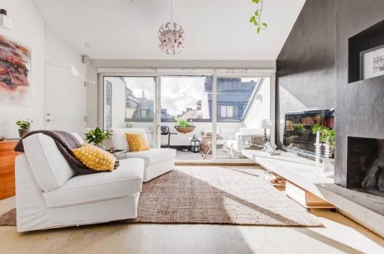 一楼是客厅和厨房区域,用简单的黑白色调搭配界线分明。