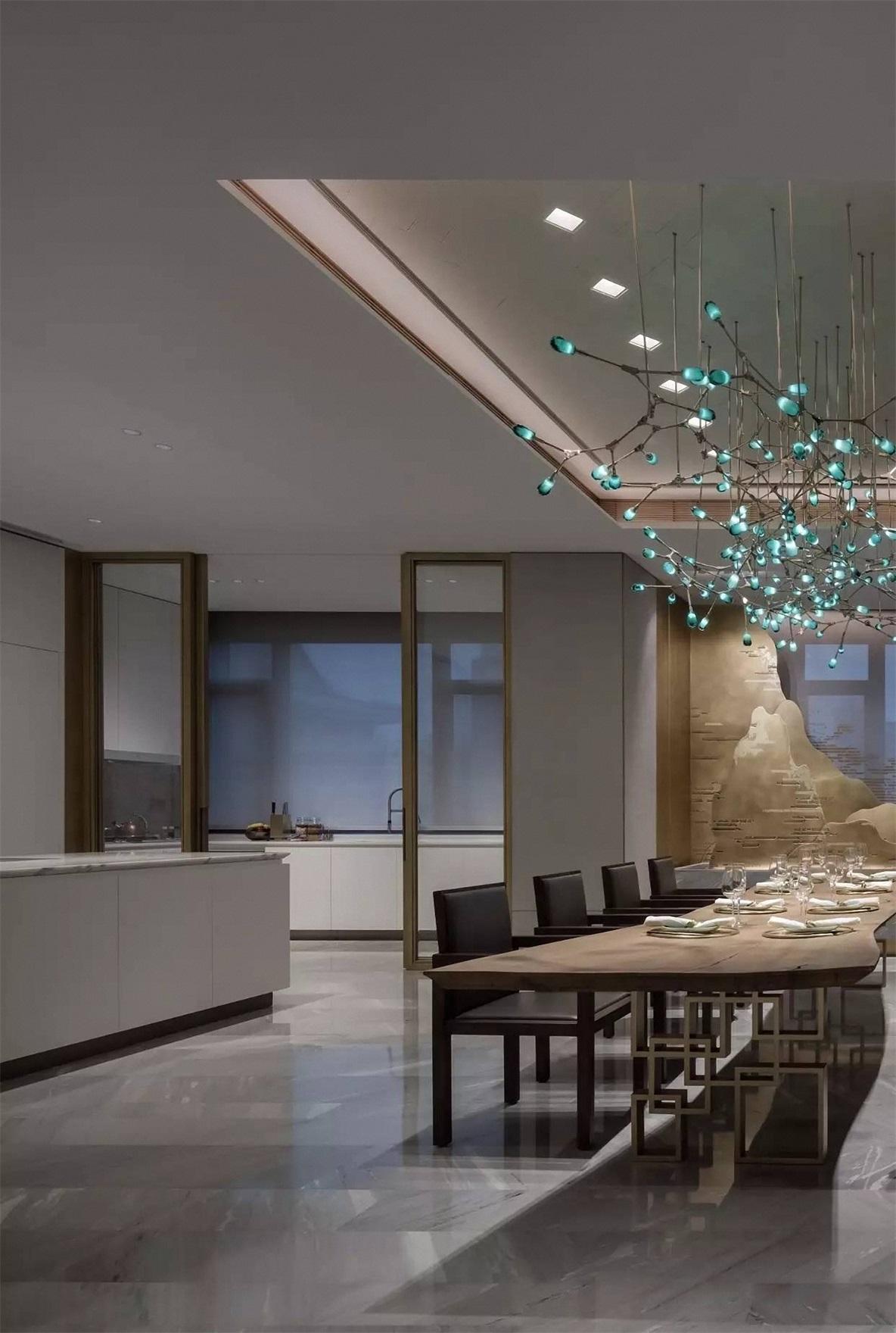 客餐一体设计,白色与原木的结合充满中式风格韵味和大气,加上玻璃厨房隔断,使得空间更有质感。