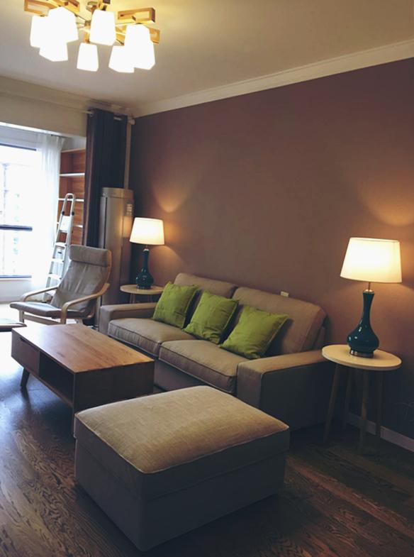 木质地板,自然的纹理营造出一丝淡雅而悠长的回味;两盏台灯一左一右,散发着温暖和谐的气息。