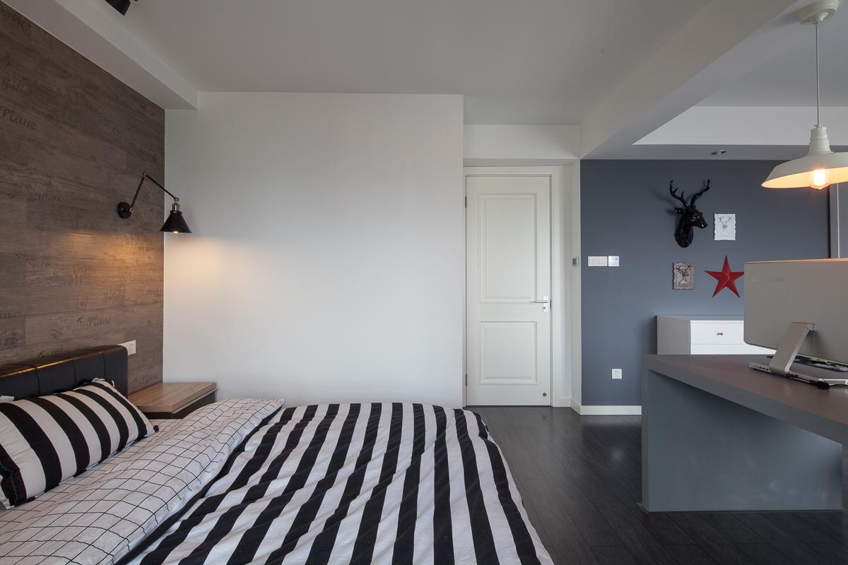 卧室中放置着软包大床,整个简洁自然,还置放着工作的小区域,更好的工作以及休息