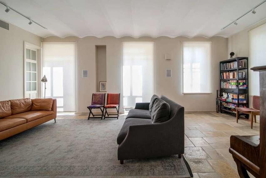 客厅空间更宽阔,摆设简简单单,让人想起了看过的美国文艺片,沉默,静谧。