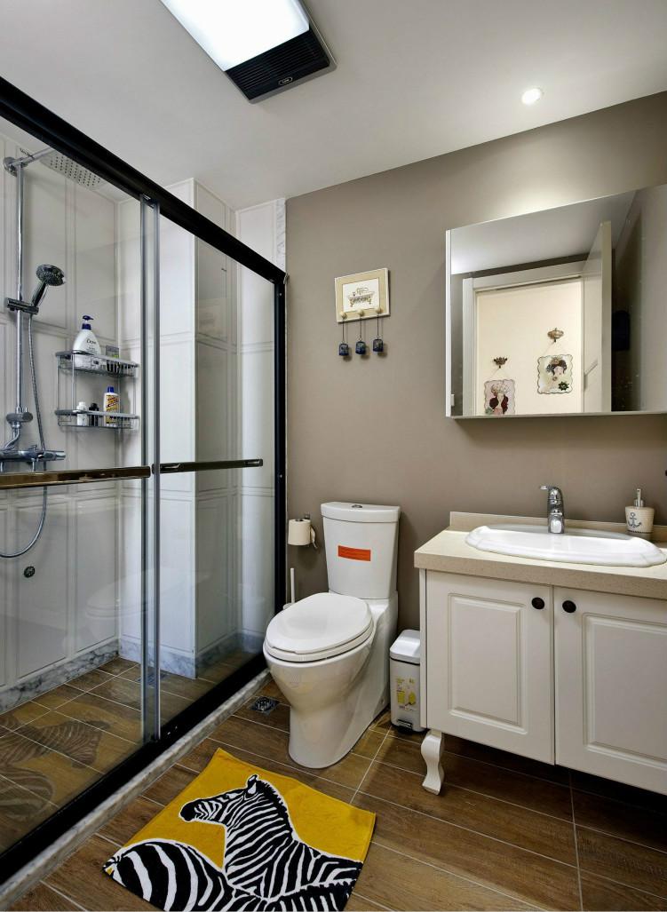 卫生间尽管空间小设计简单、实用,使有限的空间看起来较空旷,没有压抑感。