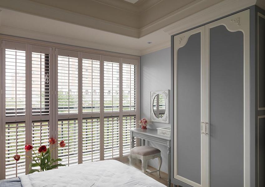 设计师将其中一房奶乳主卧房做更衣室使用。