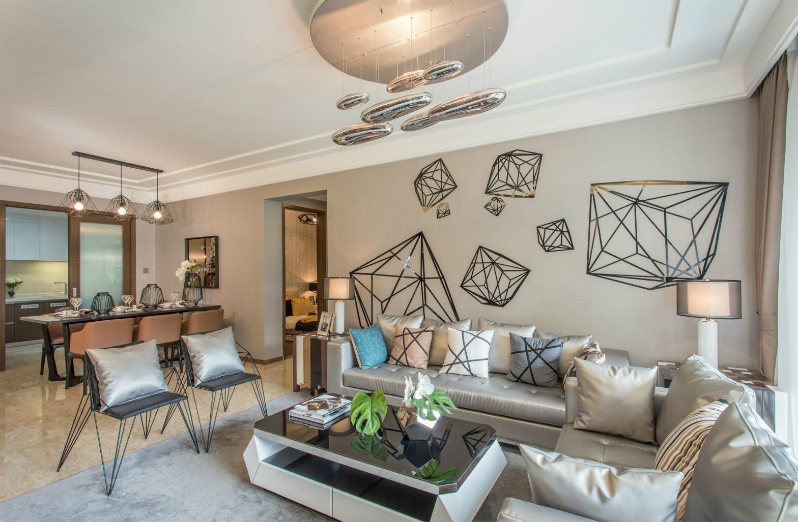 沙发背景墙画着不规则的黑色图形搭配顶上椭圆形的吊灯整个空间时尚大气